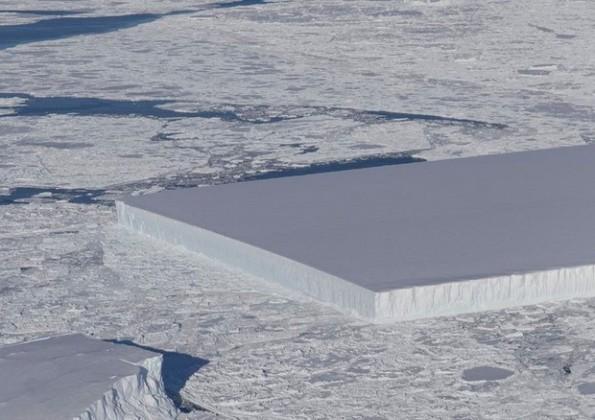 Antartide un iceberg rettangolare